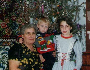Моя бабушка Оля, моя сестра и я, 1995 год