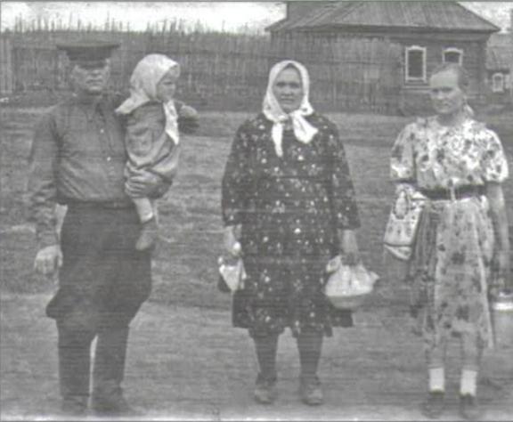 Семья Королевых: Иван Андреевич с внучкой Галиной на руках, Анна Петровна и их дочь Антонида, 1958г.