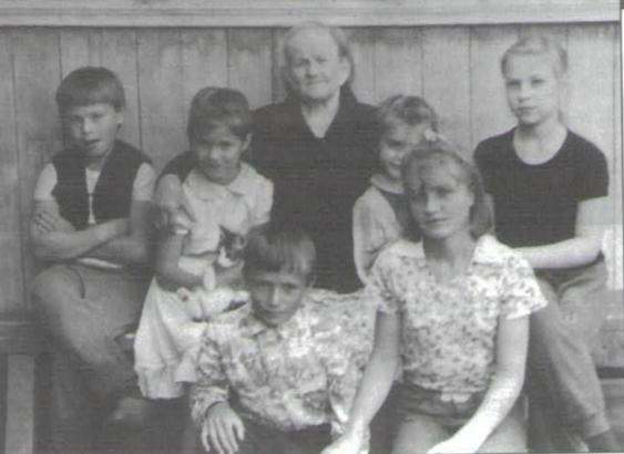 Матрена Матвеевна Грошева (Козлова) с внуками